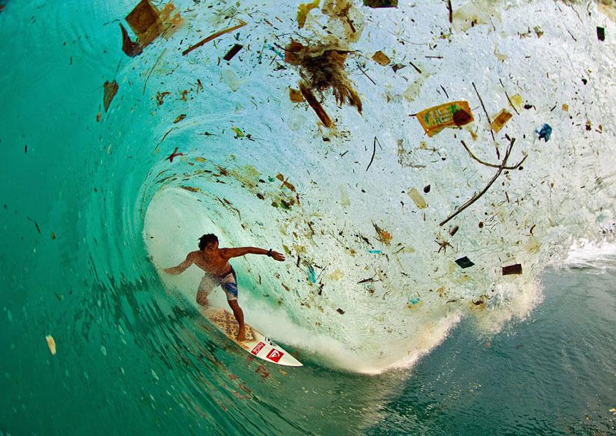 Серфинг на волне полной мусора, остров Ява, Индонезия. Один из самых популярных островов для отдыха
