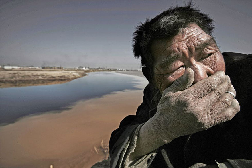 Желтая река в Монголии настолько загрязнена, что рядом с ней почти невозможно дышать