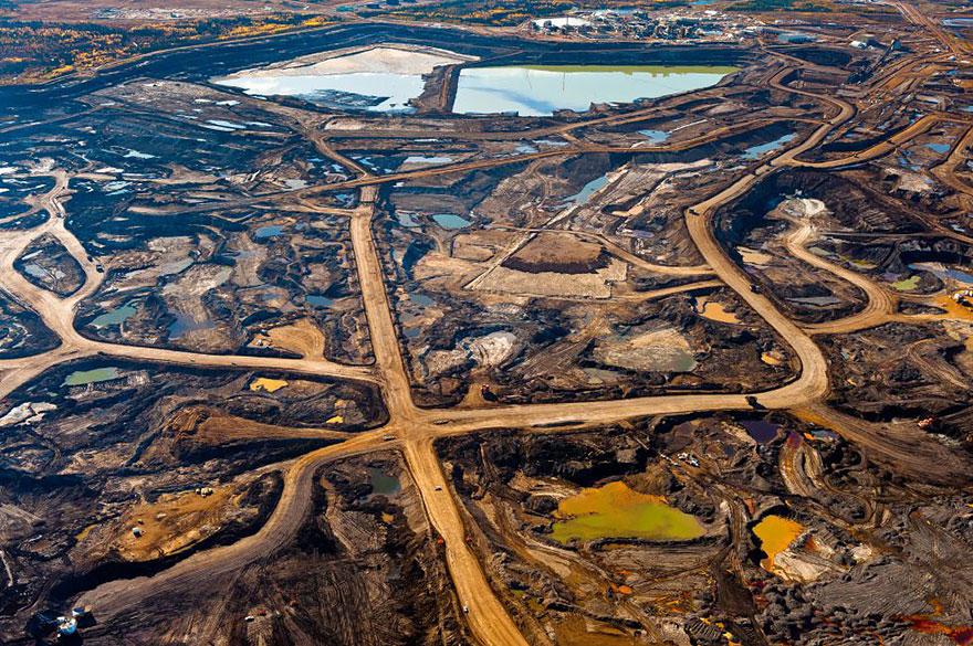Земли разрушенные добычей полезных ископаемых и загрязненные токсическими отходами. Альберта, Канада