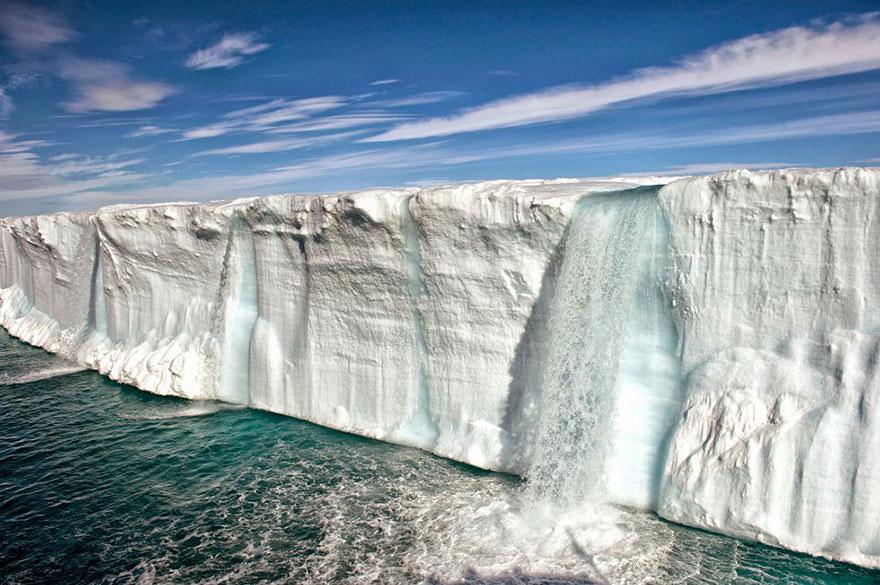 Таящий айсберг недалеко от берегов Шпицбергена, Норвегия