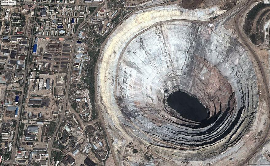 Кимберлитовая трубка «Мир» в России. Эта гигантская дыра - крупнейшее месторождение алмазов