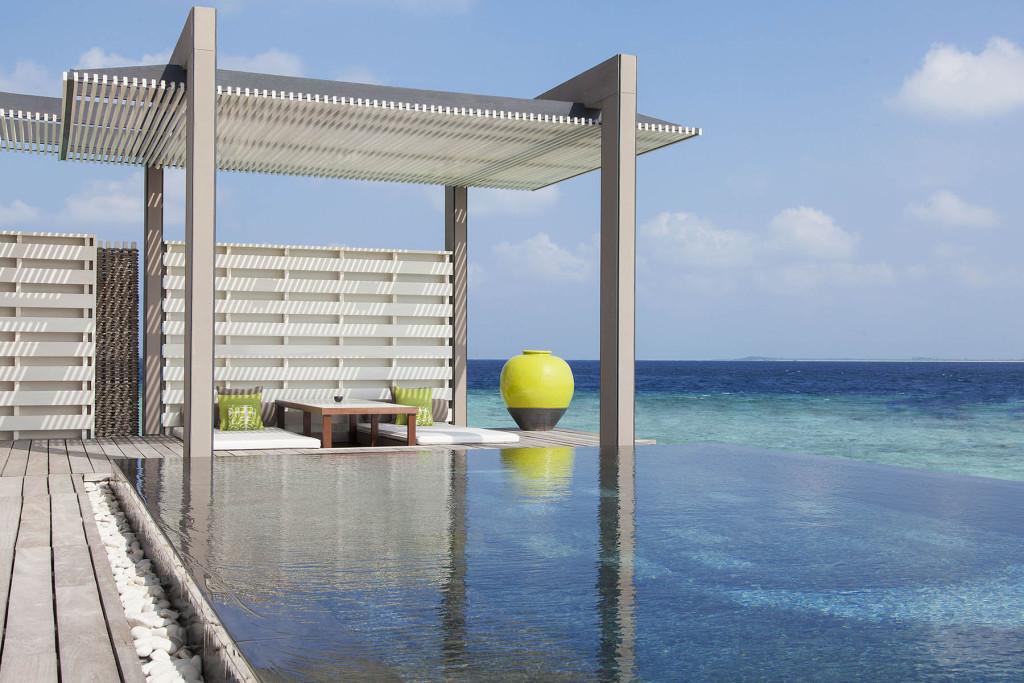 Бассейн у кромки океана. Мальдивские острова