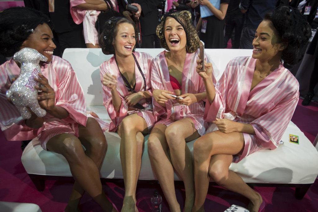 Бэкстедж, модели перед началом Victoria's Secret Fashion Show 2015