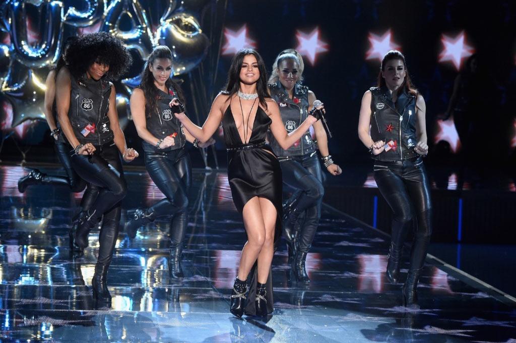 Селена Гомес выступает на подиуме Victoria's Secret Fashion Show 2015