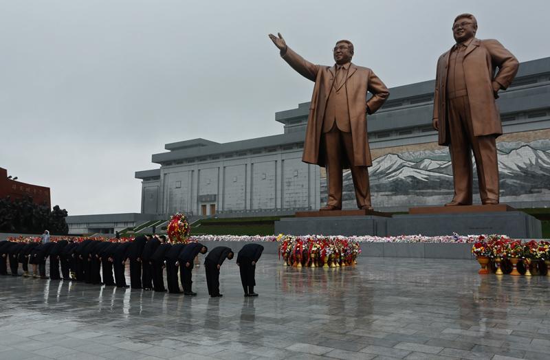 Статуи Ким Ир Сена и Ким Чен Ира в Пхеньяне. Экстремальные путешествия в Северную Корею