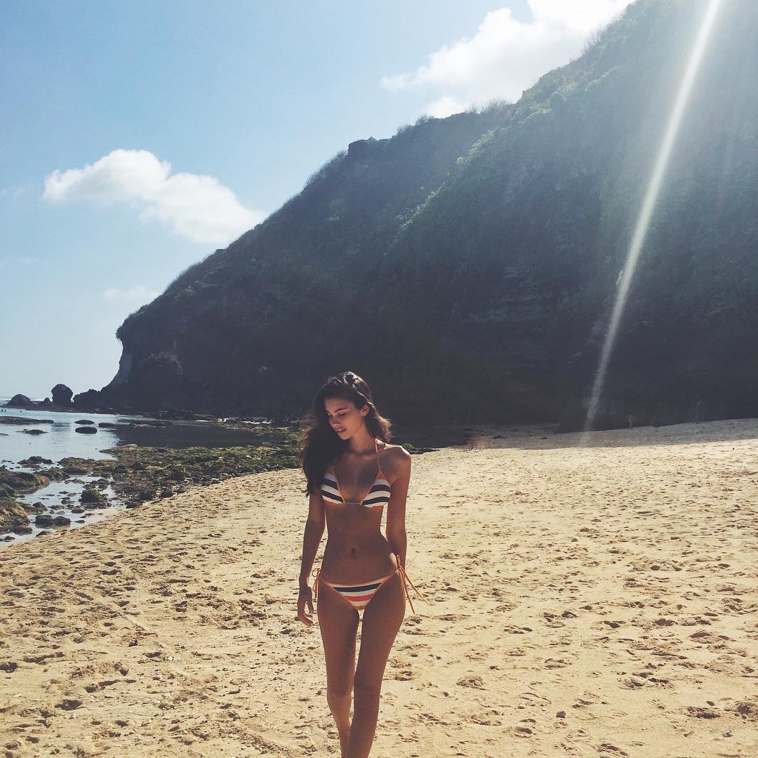 Синди Мелоу в бикини на пляже