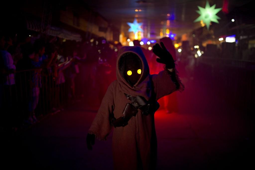 Ежегодный фестиваль НЛО и пришельцев в Аргетине, мальчик в костюме персонажа Звездных войн