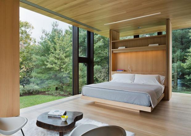 Стильная спальня со стеклянными стенами