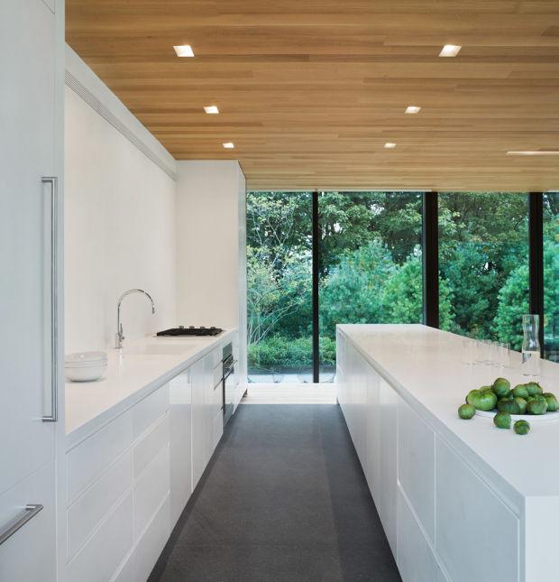 Белая кухня с огромными окнами
