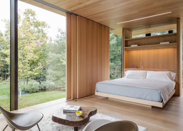 Стильная спальня с видом на природу и стеклянными стенами