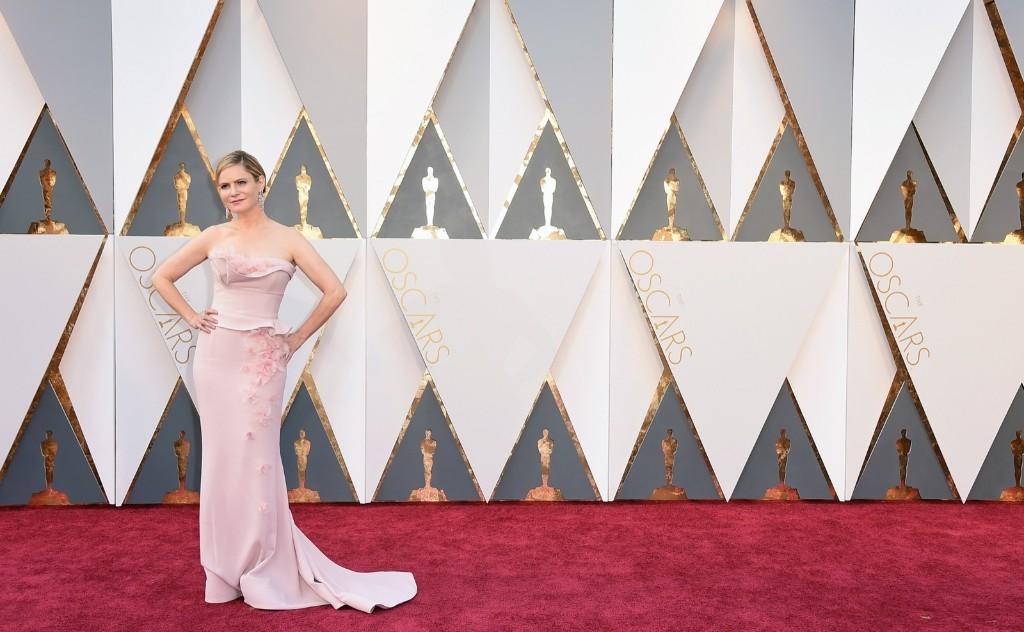 Jennifer Jason Leigh arrives at the Oscars