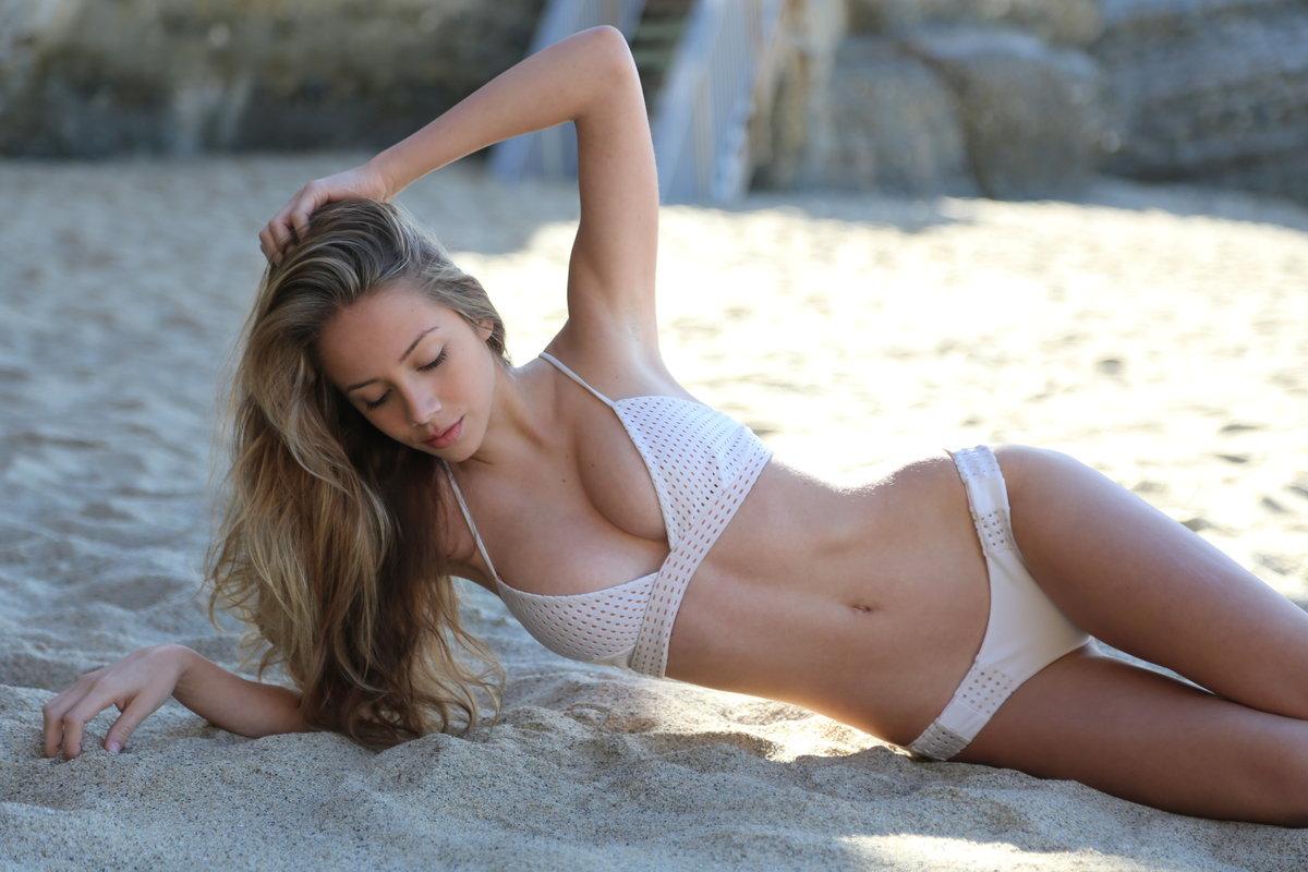 Пейдж Хименес на пляже, девушка в бикини