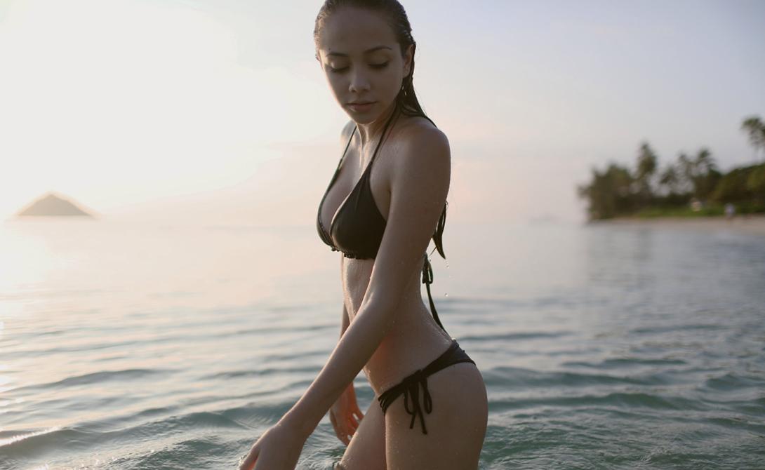 Пейдж Хименес в море, девушка в бикини