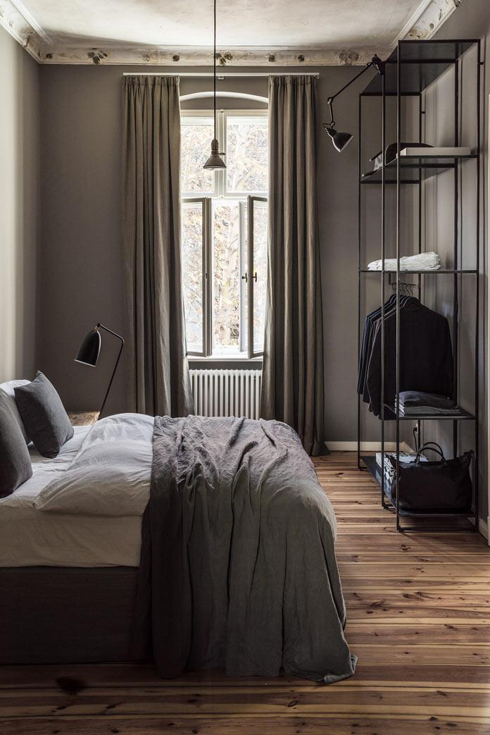 Traveller's Home аскетичная спальня, дощатый пол, металлический стеллаж