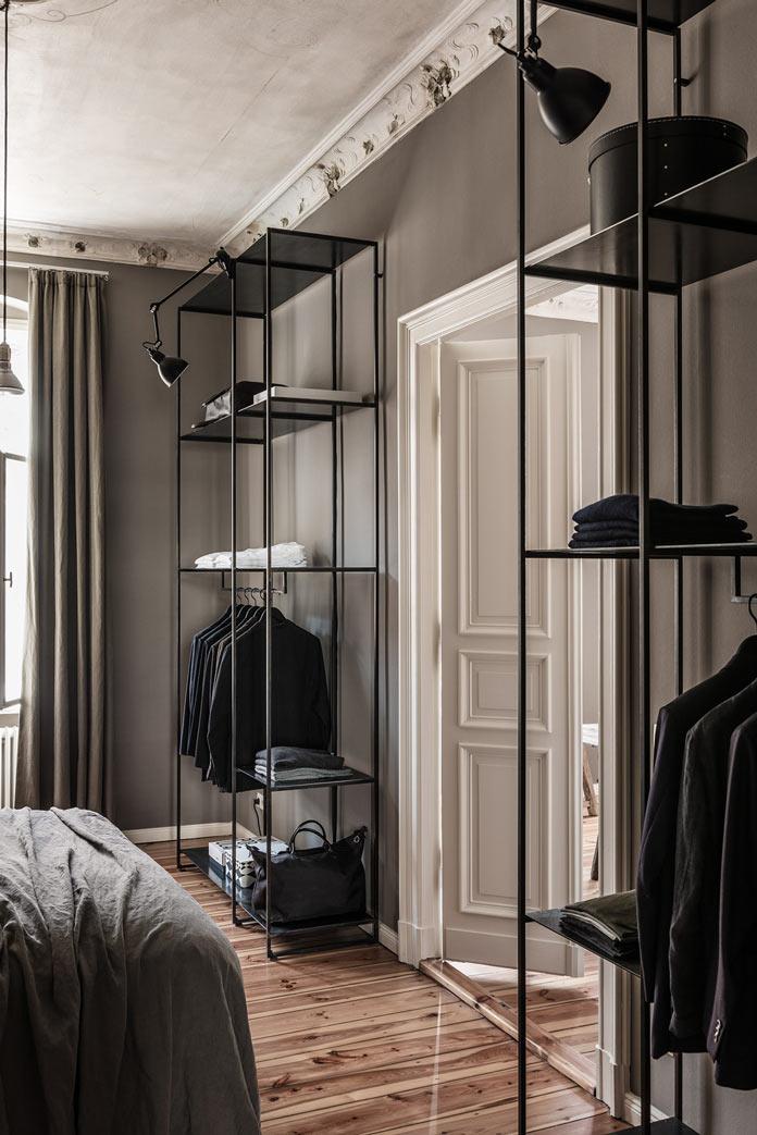 Traveller's Home аскетичная спальня, дощатый пол, металлический стеллаж, простые линии