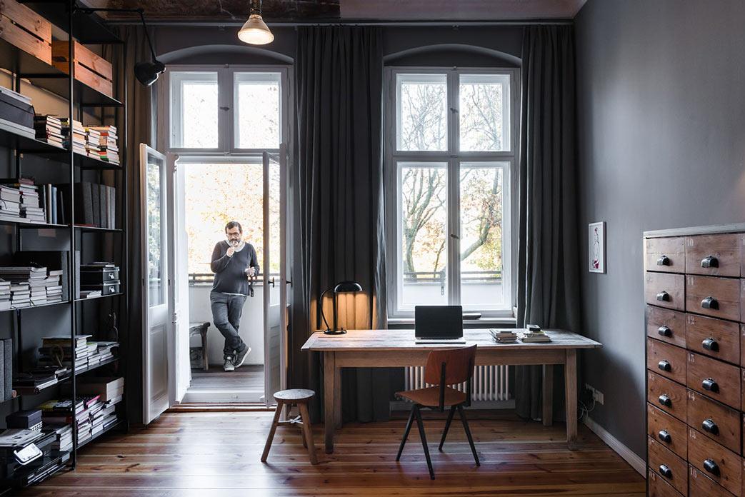 Аскетичный интерьер, кабинет в берлинских апартаментах