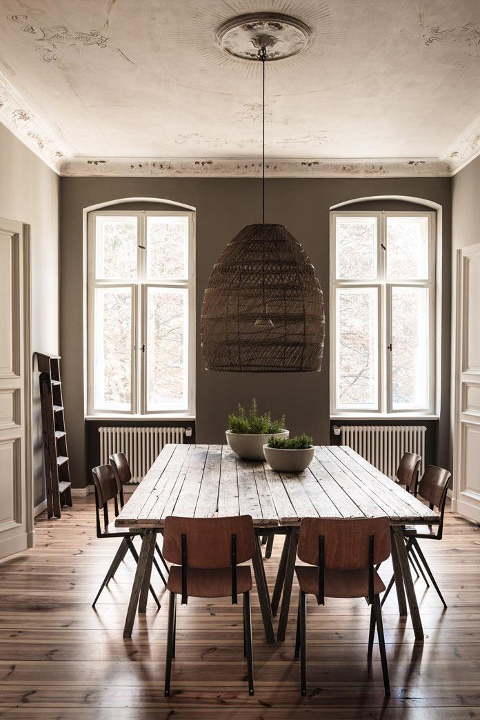 Traveller's Home аскетичная столовая, дощатый стол