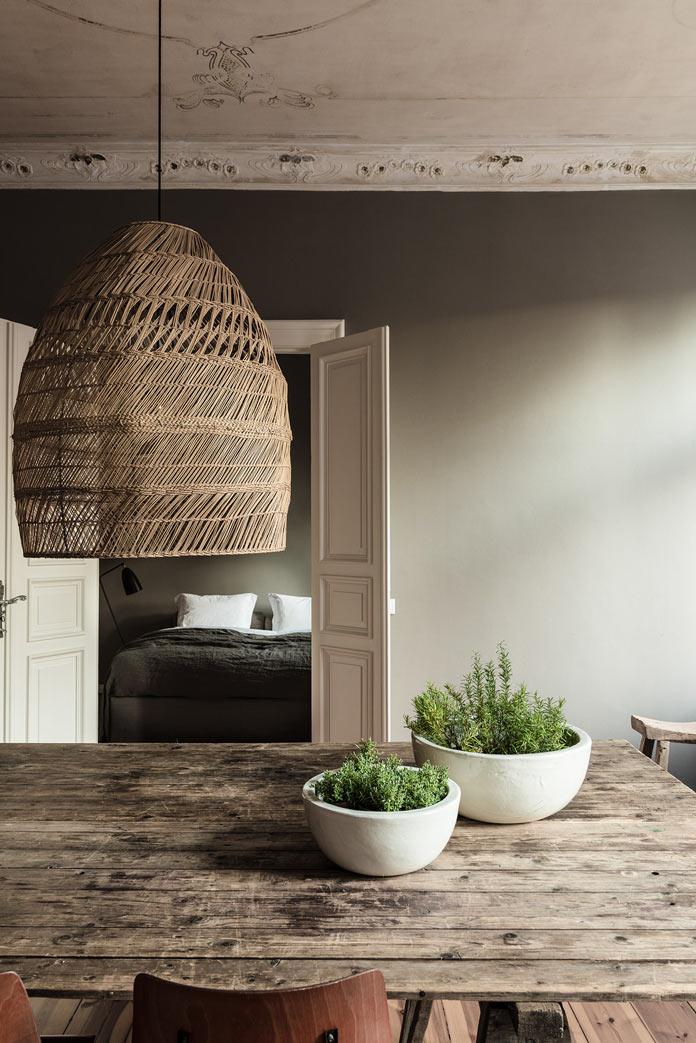 Traveller's Home аскетичная столовая, дощатый стол, плетеный абажур