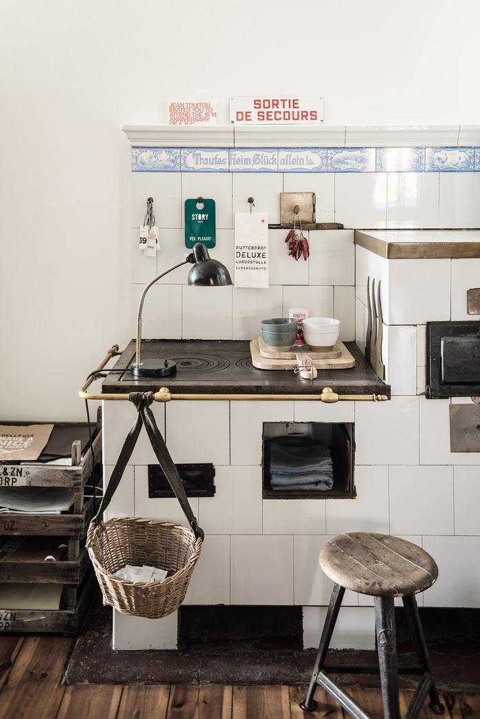 Traveller's Home кухня, металлический стеллаж, стулья из грубого дерева, винтажная печь