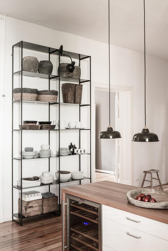 Traveller's Home кухня, металлический стеллаж, стулья из грубого дерева