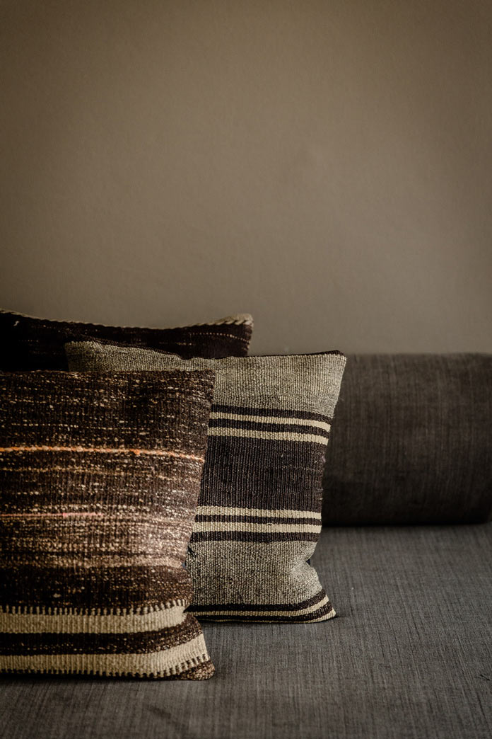 Traveller's Home аскетичный интерьер, диванные подушки из грубой ткани