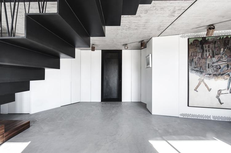 Входная дверь, подвесная лестница, пентхаус