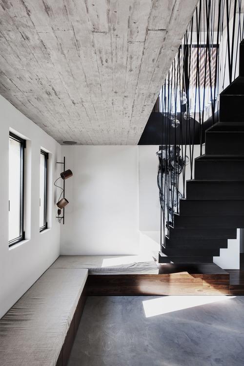 Салон в пентхаусе, диван, подвесная лестница