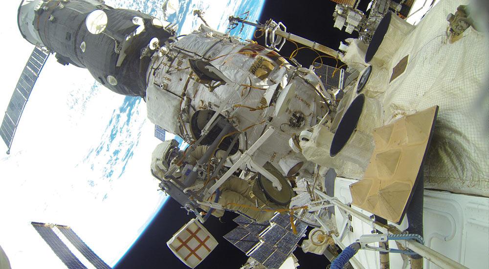 Космонавты Сергей Волков и Юрий Маленченко работают в открытом космосе, 3 февраля 2016 г.