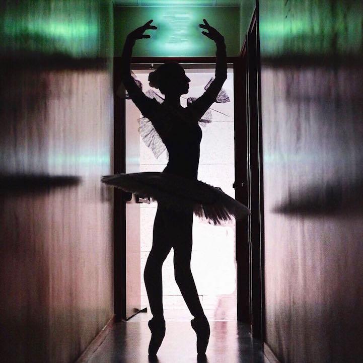 Балерина репетирует в тесном коридоре.