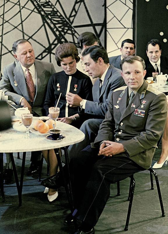 Юрий Гагарин, Вячеслав Тихонов, Валентина Терешкова и Иван Любезнов 1963 год