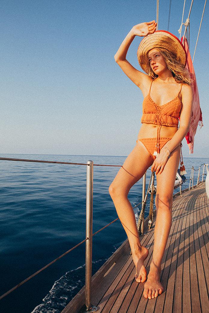 Лето, море, яхта, девушка в вязаном бикини