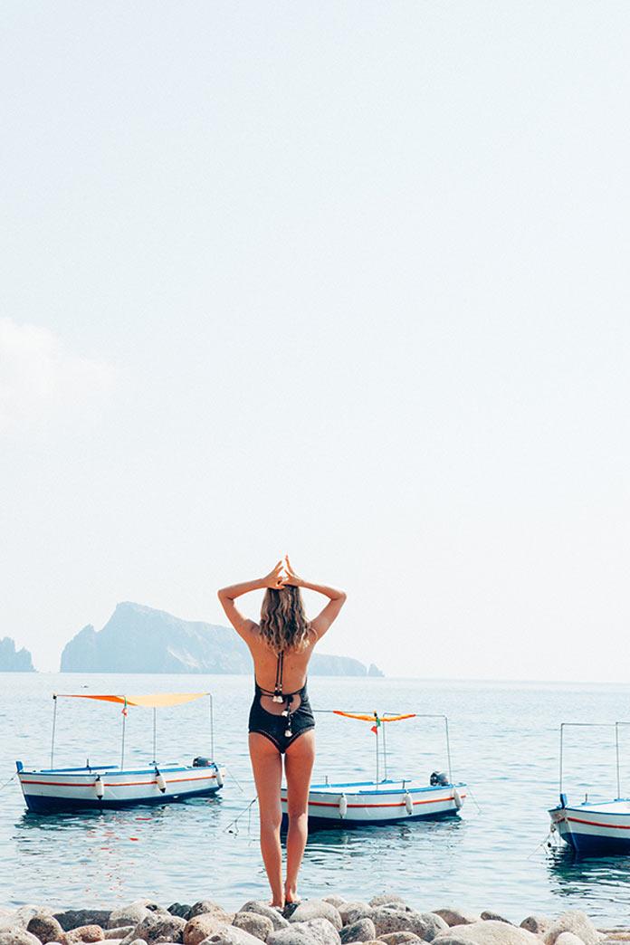 Девушка в бикини на побережье