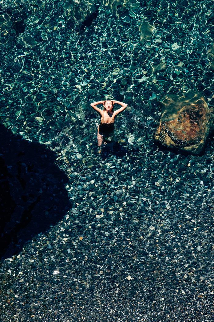 Девушка в лазурной морской воде