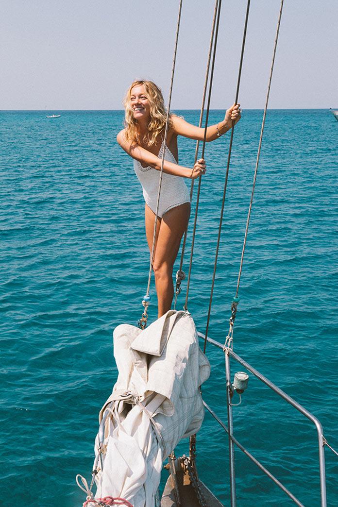 Лето, море, яхта, девушка в бикини