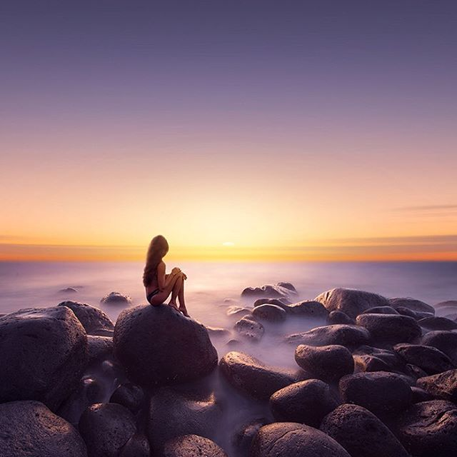 Девушка на закате у моря