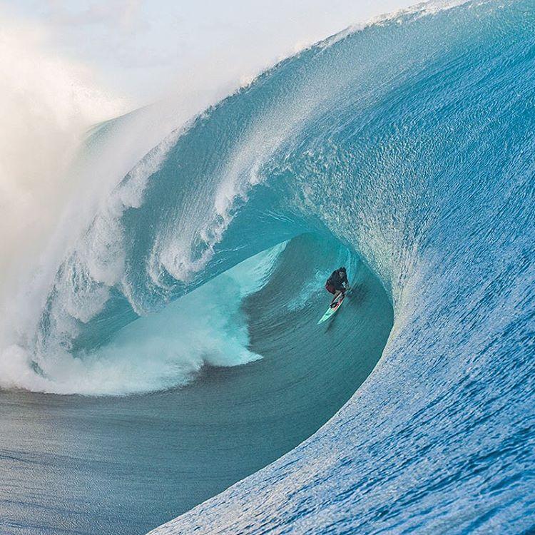 Серфингистка на волне