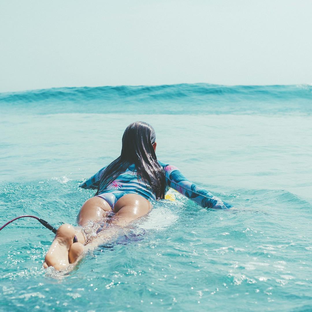 Девушка на сёрфе