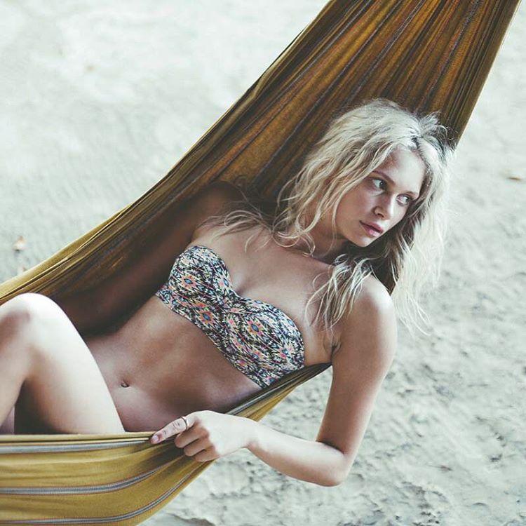 Красотка в гамаке на пляже