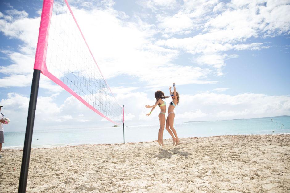 Модели Victoria's Secret играют в пляжный волейбол
