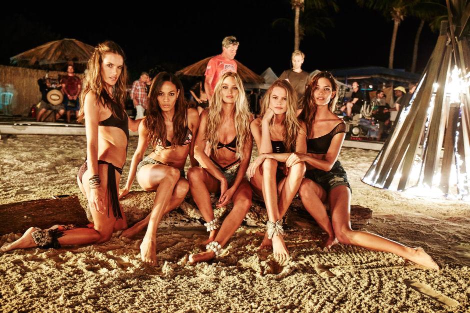 Модели Victoria's Secret на ночном пляже