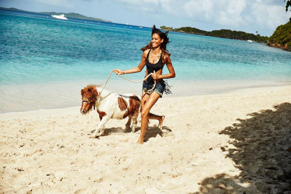 Модель Victoria's Secret бежит по пляжу