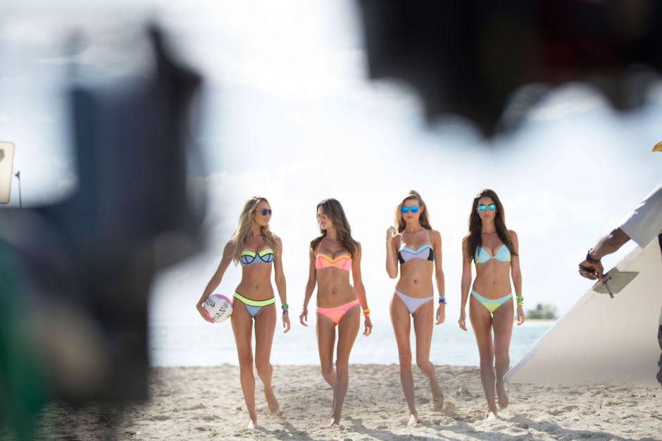 Ангелы Victoria's Secret идут по пляжу