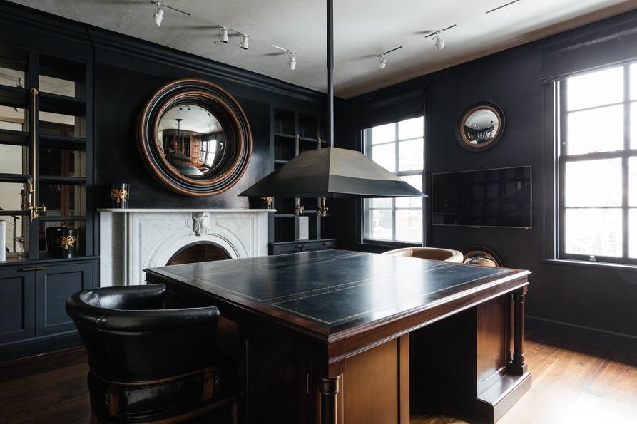 Третья гостиная с большим столом, мини-холодильником и телевизором. Jane Street Townhouse II, West Village, New York