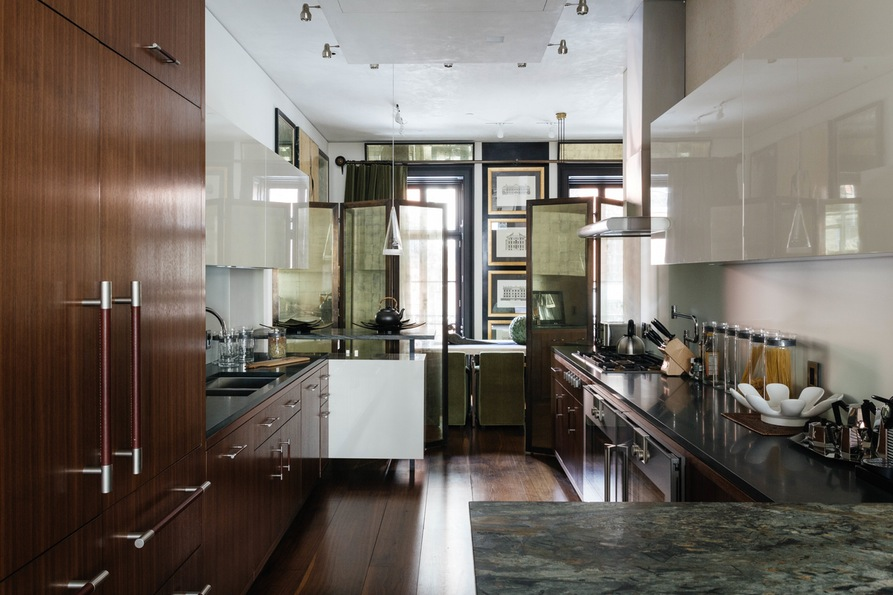 Кухня с множеством шкафов. Jane Street Townhouse II, West Village, New York