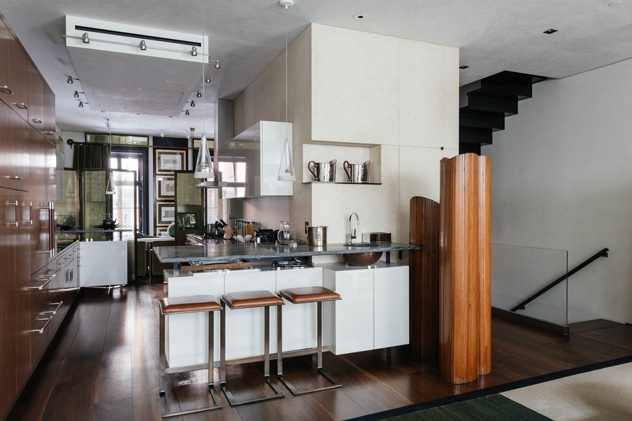 Кухня с множеством шкафов и барной стойкой
