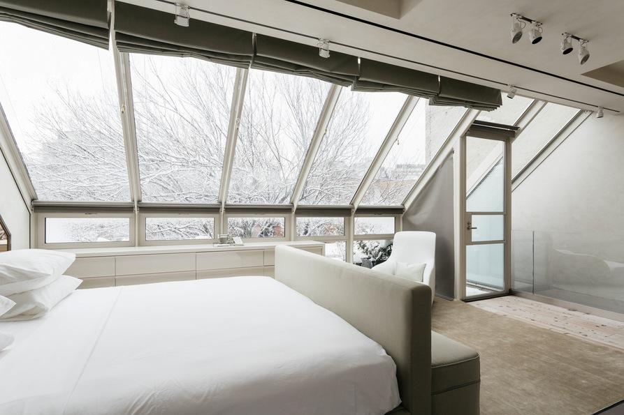 Главная спальня с панорамными окнами и большой кроватью. Jane Street Townhouse II, West Village, New York