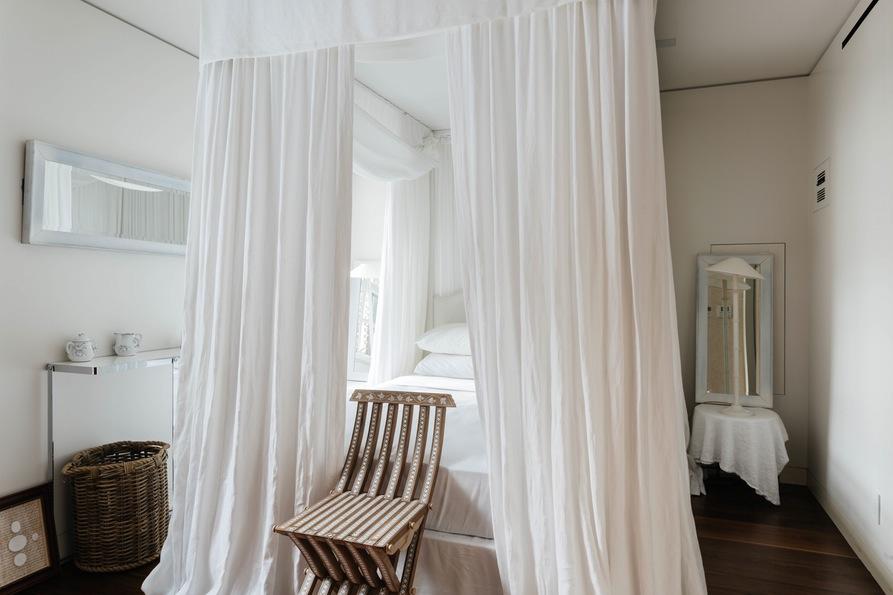 Вторая спальня, большая кровать с балдахином.Jane Street Townhouse II, West Village, New York