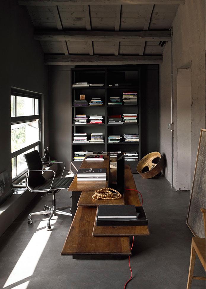 Кабинет со стильным столом. Уютный лофт в старинном здании