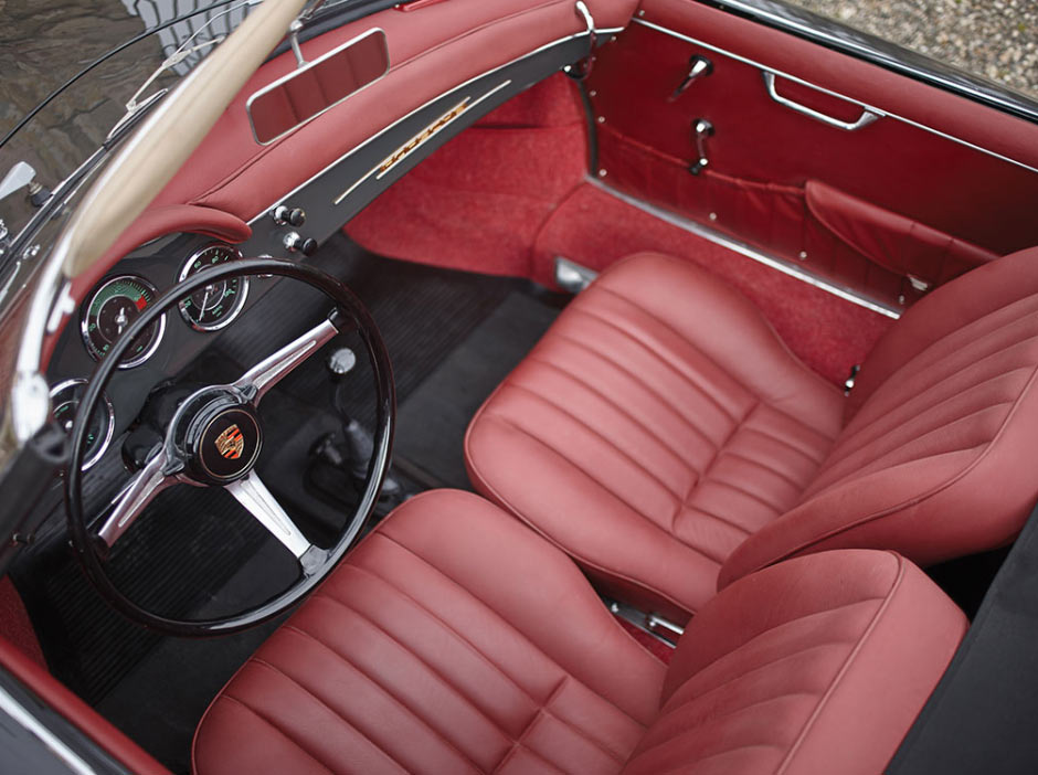 Вид сверху на красный кожаный салон Porsche 356B 1600S Roadster