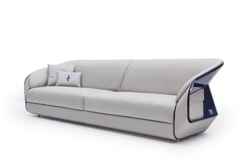Bugatti home collection Royale Sofa. Королевский диван из коллекции мебели Бугатти, вид спереди